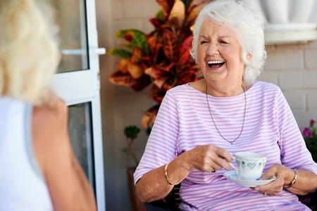 tercera edad: Los viejos amigos riendo juntos y tomando el t�