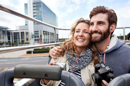 guia turistico: Pareja de turistas en abierta gu�a autob�s tur�stico por la ciudad en vacaciones