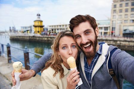 pareja comiendo: pareja comiendo helado teniendo Autofoto de vacaciones viajes de vacaciones Foto de archivo