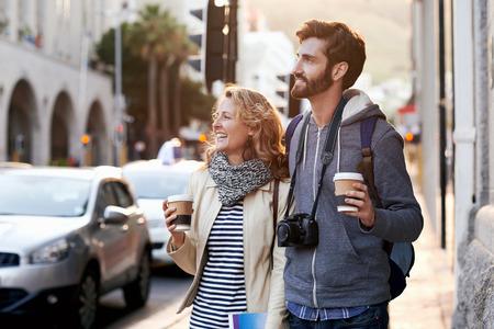 toeristische paar reizen met koffie ab camera wandeling door de stad plezier