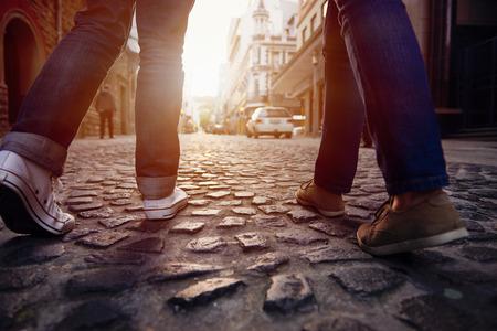 amie: couple de touristes en vacances marche de la rue pavée en Europe sur la semaine de vacances Banque d'images