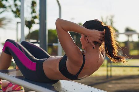fitness žena dělá situps v tělocvičně venkovním Woking z silový trénink Reklamní fotografie