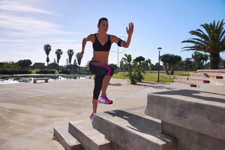 atleta corriendo: determinación para quemar calorías y aumentar la aptitud con la fuerza y ??el entrenamiento de velocidad Foto de archivo