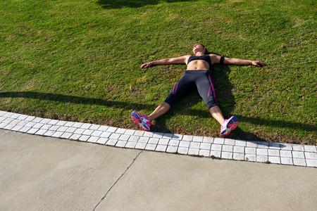 agotado: corredor agotado después de ejercicios de fitness en ejecución aliento captura