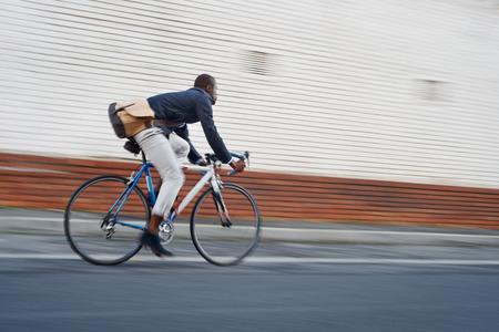 ciclista: Andar en bicicleta loco africano negro en la ciudad urbana de trayecto con la velocidad y el transporte inconformista moda