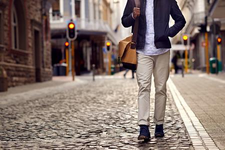 caminando: Hombre africano joven en vacaciones explorando europeo calle empedrada de la ciudad