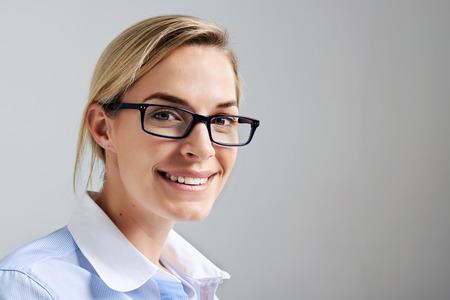 Portret van een bedrijf intern vrouw met een bril glimlachen en gelukkig
