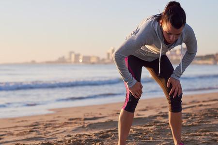 フィットネス トレーニングの息をキャッチを実行している後疲れランナー