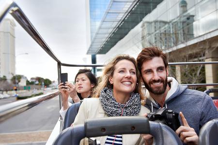 guia turistico: Pareja de turistas en abierto gu�a autob�s tur�stico por la ciudad en vacaciones