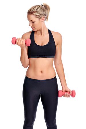 retrato de mujer de gimnasio Fit sano de trabajo con pesas aislado en blanco