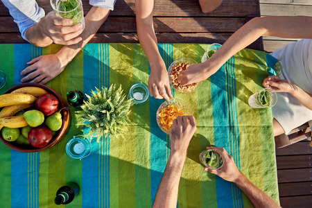 fiesta amigos: amigos bebidas del partido a�reas comiendo bocadillos