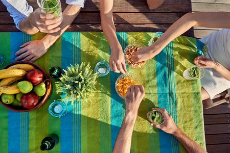 režijní nápoje stran přátelé jíst lehká jídla Reklamní fotografie