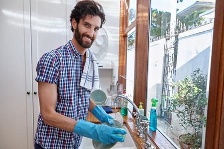 wash dishes: hombre lavando platos de la cocina de limpieza en el hogar Foto de archivo