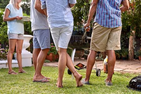 barbecue: amigos al aire libre en el jard�n de reuni�n fiesta de barbacoa