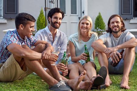razas de personas: feliz sonriente diverso grupo de amigos que tienen fiesta en el jard�n al aire libre con bebidas de vino cerveza