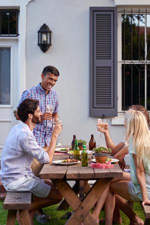 와인 음료 친구 야외 정원 파티에서 연설을하는 사람