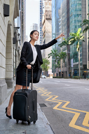 都市街路空間からタクシーを求めてアジアの中国ビジネス女性の旅