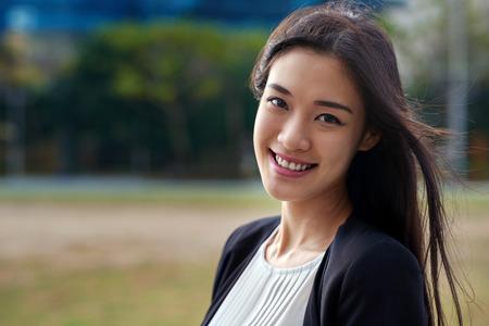 専門的なアジアの中国ビジネス女性の肖像画の屋外