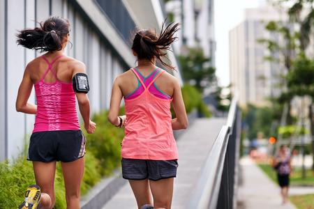 スポーティな女性の朝の運動の屋外で上り坂の実行 写真素材 - 40834454
