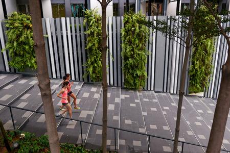 down stairs: mujeres deportivas corriendo por las escaleras al aire libre para el entrenamiento de la mañana