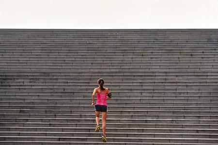Mulher desportiva que elabora subindo escadas ao ar livre para treino de manh� Imagens
