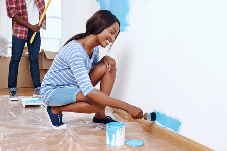 Nova camada de tinta no novo apartamento para casal africano negro novo que t