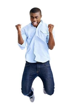 慶典: 非洲男子用雙臂高呼慶祝跳躍