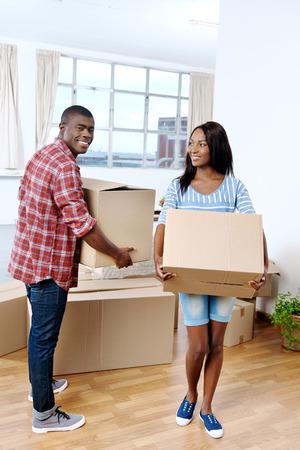famille africaine: jeunes africains quelques boîtes de déménagement noirs dans nouvelle maison ensemble faisant une vie réussie Banque d'images