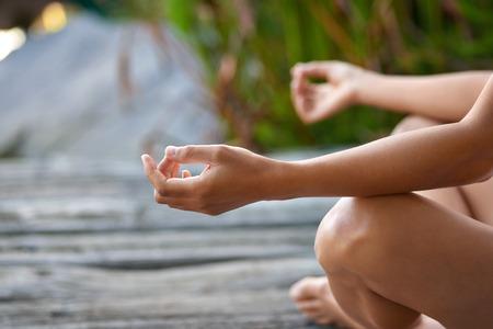 estilo de vida saludable: Mujer que hace gesto de la mano en una posici�n de yoga