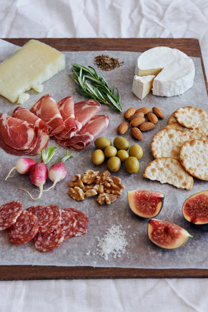 charcuter�a: Selecci�n de salami charcuter�a carne curada, coppa, con queso gruyere brie camembert servido con aceitunas galletas nueces y frutas