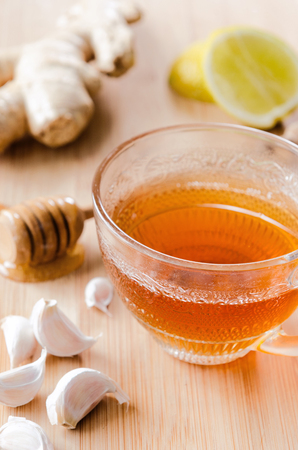Ginger tea with lemon, honey, garlic for a healthy soothing detox drink Banque d'images