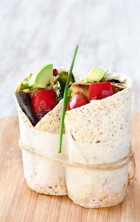 berenjena: Saludables envolturas de tortilla vegan vegetariano con verduras asadas como la berenjena berenjena, pimiento rojo, aguacate