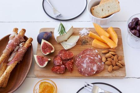 charcutería: Queso y selección de embutidos de carne curada con higo fresco, melón y almendras