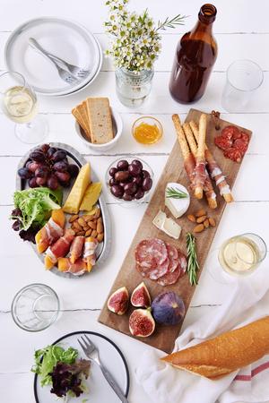 charcuter�a: Queso y selecci�n de charcuter�a carne curada salami, chorizo, jam�n envuelto palitos de pan con higo fresco, mel�n, las almendras y vino blanco