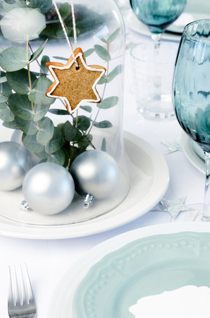 centerpiece: Glass dome christmas decoration centerpiece with gingerbread star and silver bauble, white blue xmas dinner setting