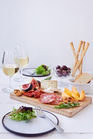 charcuter�a: Quesos y embutidos emparejamiento, salami chorizo, servido con rockmelon fruta fresca, higo con aceitunas, ensalada y vino blanco