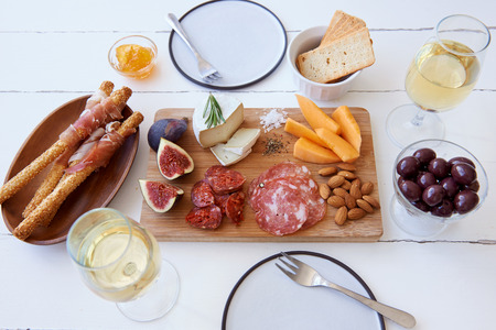 charcuter�a: Cheese and cured meat charcuterie selection with fresh fig, rockmelon and almonds