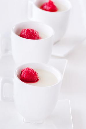 postre: catering buffet de postres Panna cotta con forma de copa individuo cubierto con frambuesas