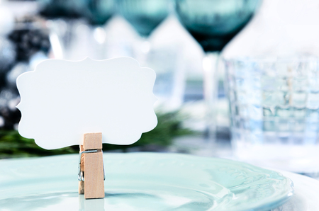 空の場所カードと青白と緑のテーマのクリスマス テーブルの設定