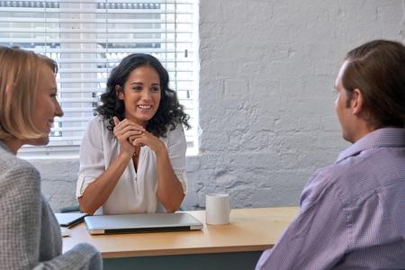 obchodní finanční poradce žena setkání s několika klienty, diskutovat o finanční služby
