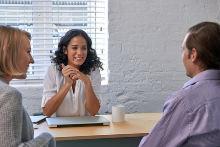 trabajo: reuni�n mujer asesor financiero del negocio con los clientes de pareja para hablar de los servicios financieros Foto de archivo
