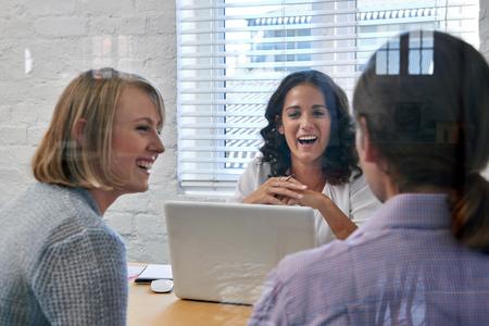 gelukkig zaken financieel adviseur vrouw ontmoeting met een paar klanten om financiële diensten te bespreken Stockfoto