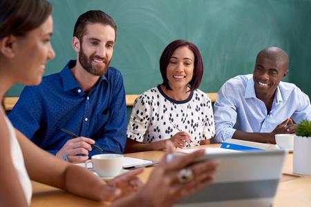 태블릿 컴퓨터 장치의 기술 시작 비즈니스 아이디어를 논의 다양한 다민족 동료 스톡 콘텐츠