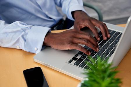 trabajo oficina: Hombre escribiendo en la computadora portátil en la oficina escritorio