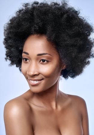 魅力的な若い黒アフリカ モデル笑顔、滑らかな肌の完璧な肌のスタジオでのヘッド ショット