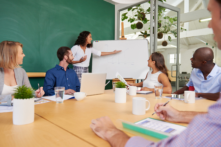 비즈니스 회의실에서 판매 프리젠 테이션 팀 회의