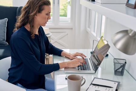 Entrepreneur d'affaires travaillant sur ordinateur portable à partir de l'espace de bureau à domicile Banque d'images - 49224027