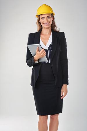La mujer llevaba casco de seguridad casco celebración dispositivo de tableta, arquitecto ingeniero topógrafo profesional