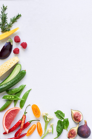 음식 배경 국경 프레임 다채로운 신선한 원시 야채, 옥수수 당근 고추 오이 자주색 양배추 시금치 로즈마리 약초, 복사본 공간을 많이 생산