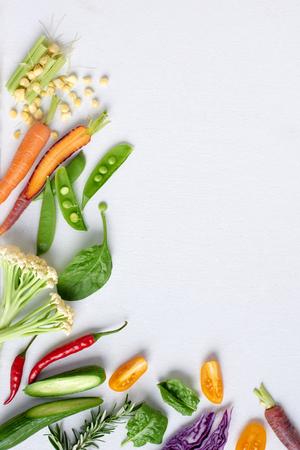 Marco de la frontera fondo de alimentos de verduras frescas de colores frutas frescas, zanahoria maíz chile pepino repollo morado espinacas hierba romero, un montón de espacio de la copia Foto de archivo - 61082873